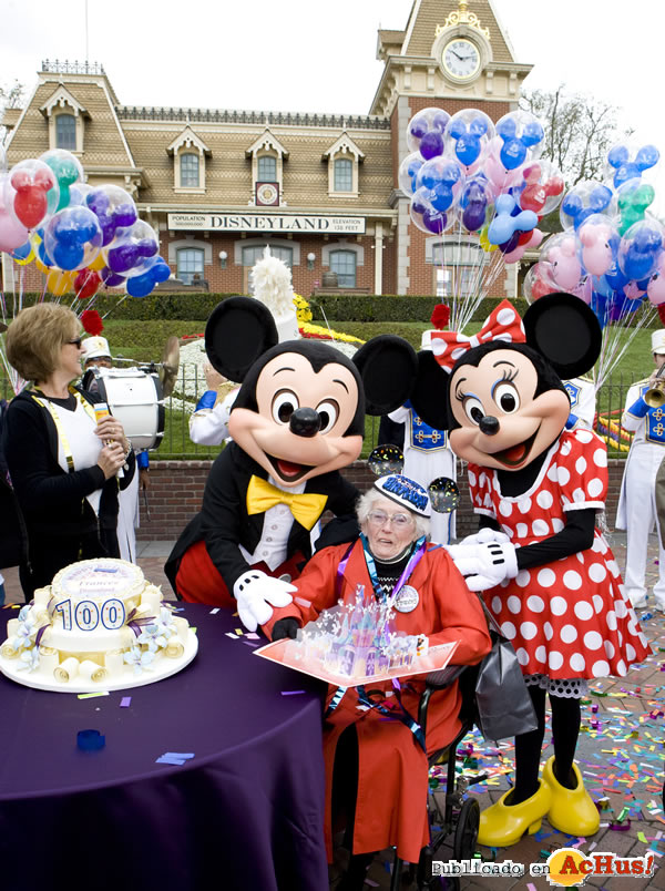 Foto de la noticia /public/fotos2/100th-Birthday-Celebration-03.jpg